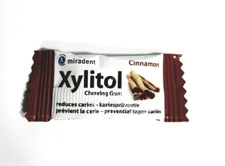 MIRADENT Xylitol Chewing Gum - guma do żucia z ksylitolem przeciw próchnicy, 2 szt, smak cynamon